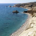 Kyperské pobřeží s místem Pétra tou Romioú